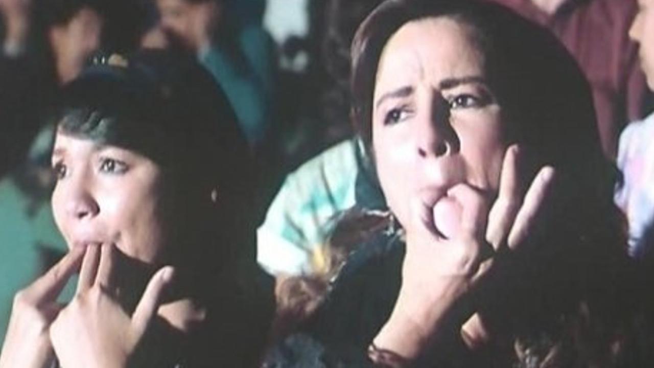 نجلاء فتحي وعايدة رياض في مشهد من فيلم «أحلام هند وكاميليا» للمخرج «محمد خان».