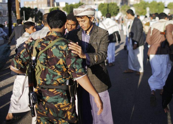 حوثي يفتش جندي يمني