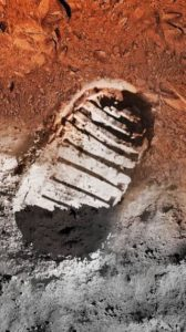 (صورة تخيلية من ناسا بين القمر والمريخ)