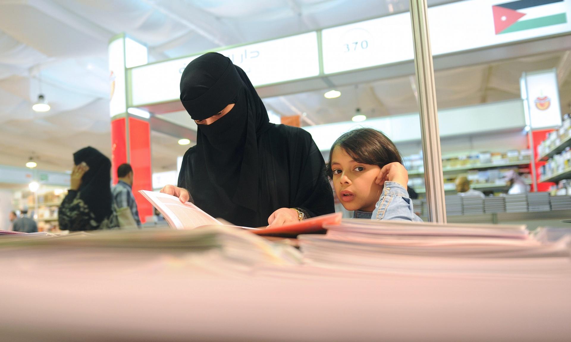 امرأة سعودية تحضر معرض للكتاب بجدة