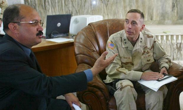 مشعان الجبوري مع اللواء ديفيد بترايوس عام 2003