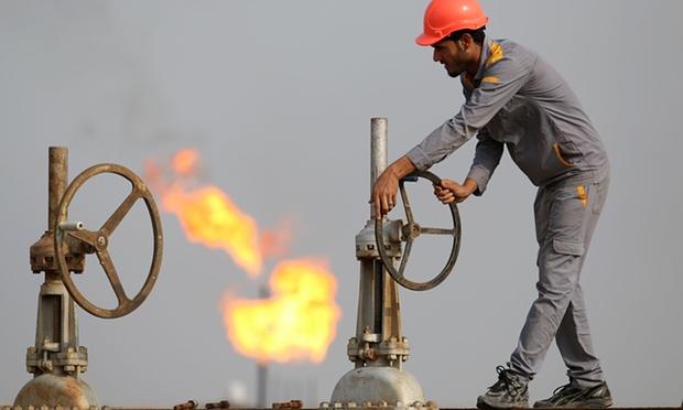 عامل عراقي يعمل بمصفاة لتكرير النفط، العراق تعتمد 93-95٪ على عائدات النفط