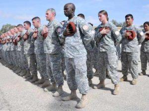 بعض جنود القوات المتعددة الجنسيات في سيناء يقفون في صمت عقب استهداف أربعة جنود أمريكيين بعبوة ناسفة في الرابع من سبتمبر 2015