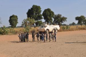 أطفال سودانيون مع مدرعة تابعة للأمم المتحدة