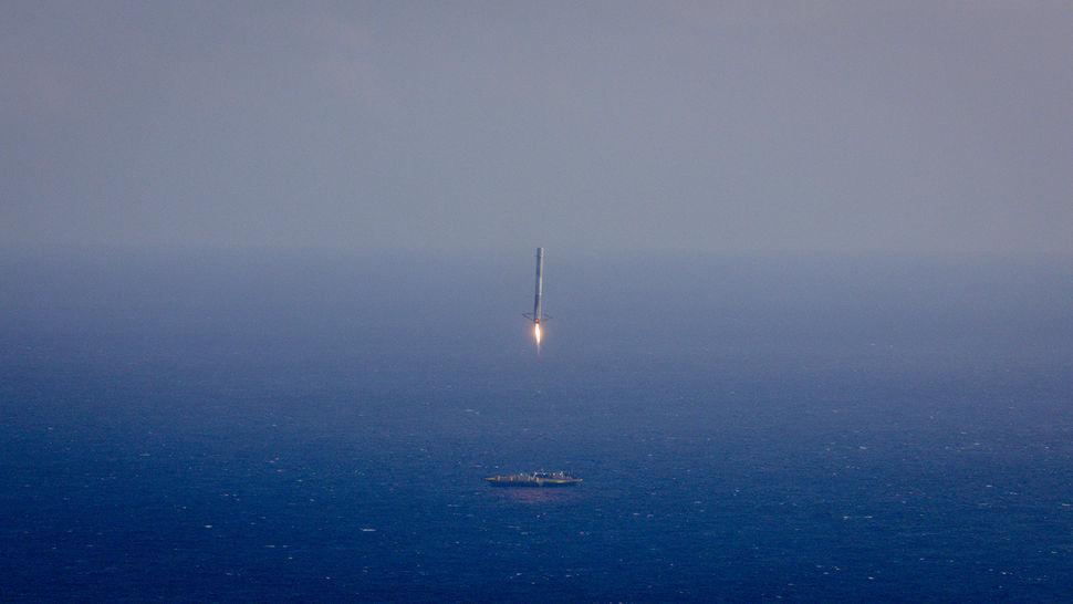 هبوط المرحلة المرحلة الأولى من Falcon9 على البارجة البحرية