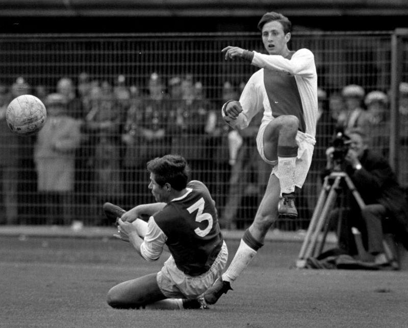 800px-Feyenoord_tegen_Ajax_1-0._Nummer_26_Israel_in_duel_met_Cruyff