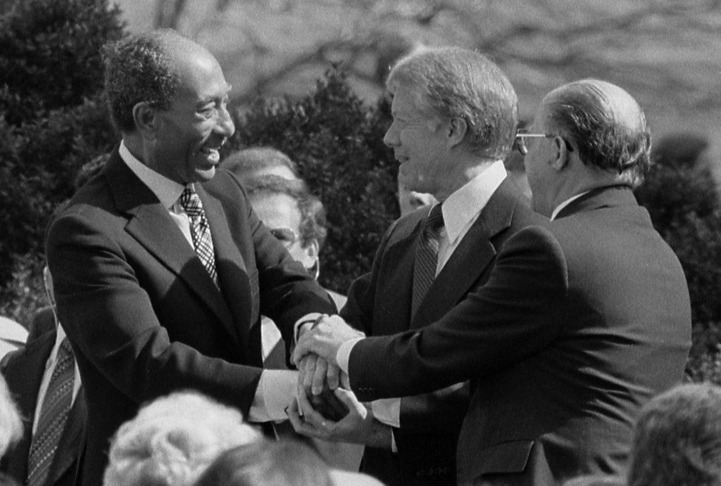 مناحيم بيغن وجيمي كارتر وأنور السادات في كامب ديفيد 1978.