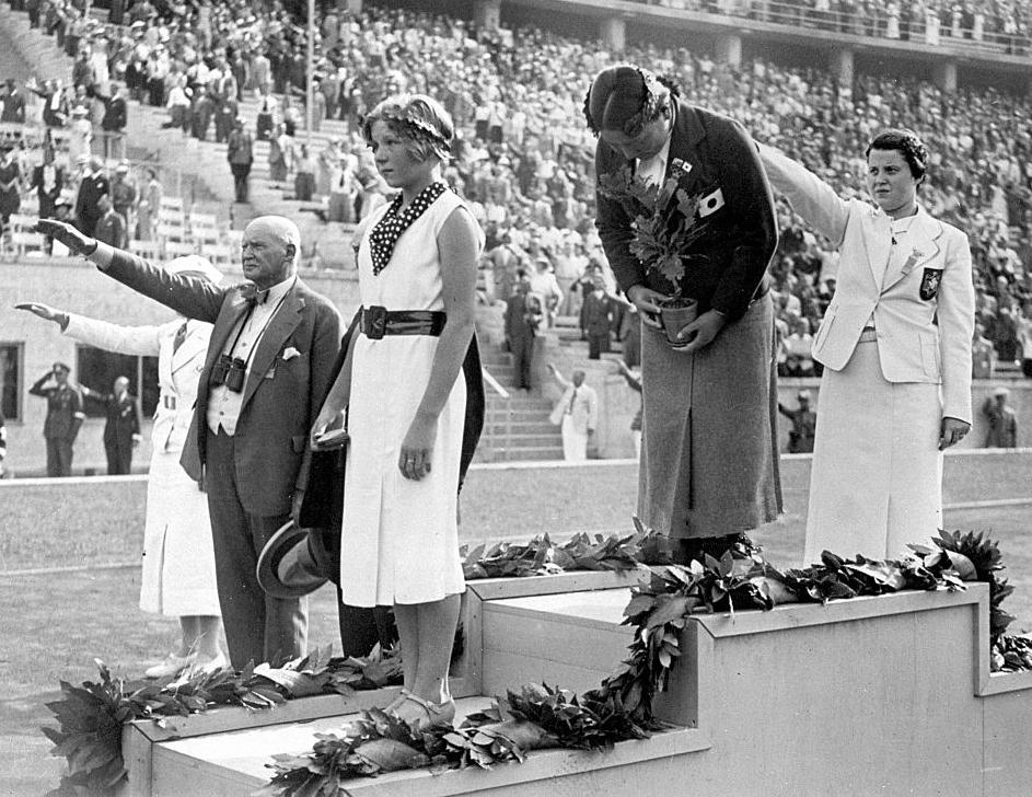 إنجي سورينسون (يسار)، هاييكو ماهيتا (وسط) ومارثا جينينجر (يمين) على منصة تتويج برلين 1936