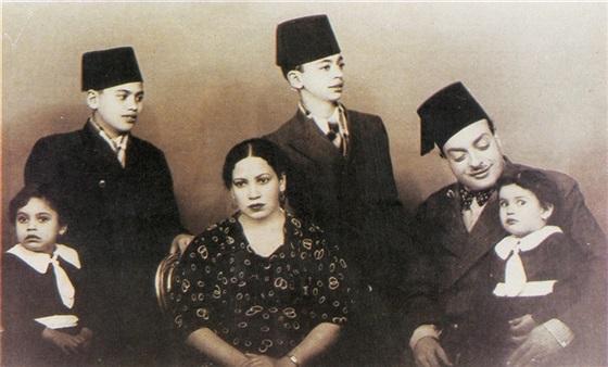 """الشيخ """"زكريا أحمد"""" مع أسرته"""