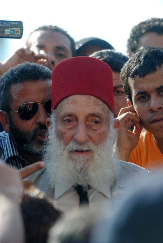الشيخ حافظ سلامة قائد المقاومة الشعبية بالسويس أثناء الثغرة