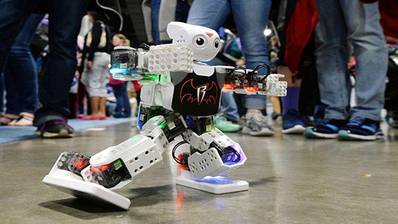 روبوت يعرض مهاراته في الأكاديمية البحرية