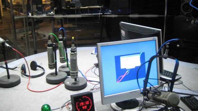 راديو بي بي سي, استوديو بي بي سي العربية, قنوات إذاعية, راديو