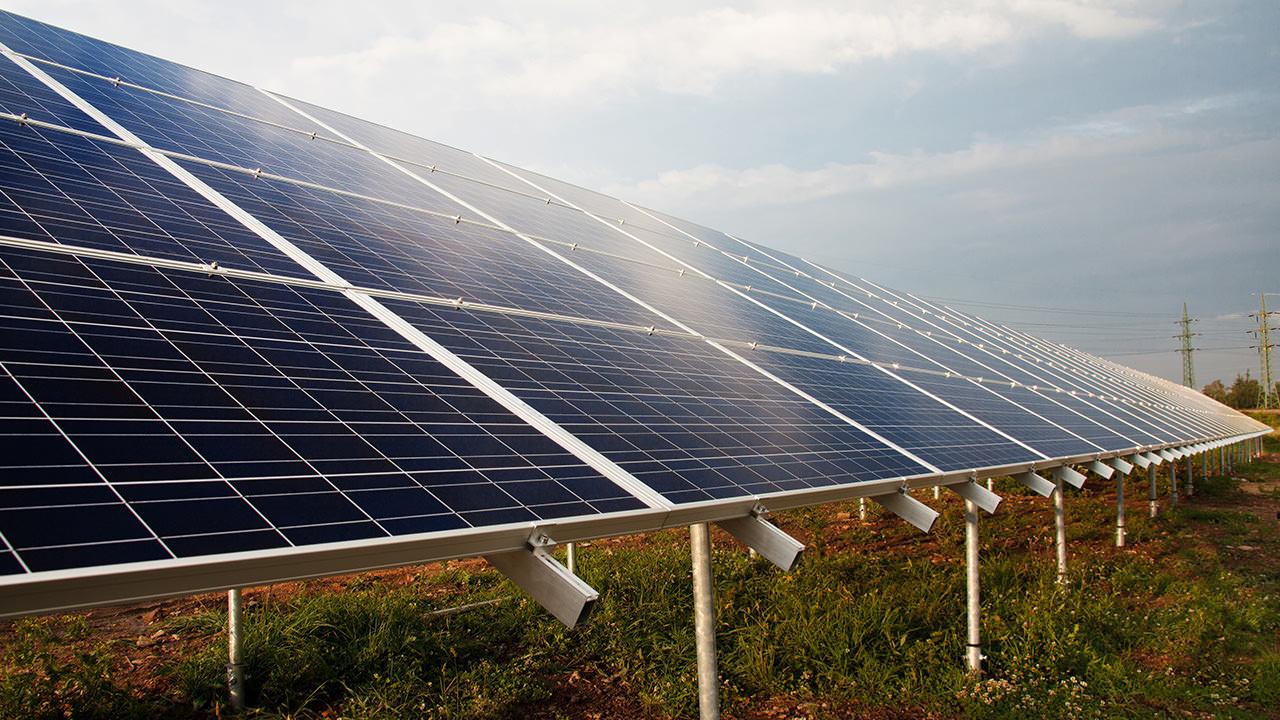 كيف تعمل الطاقة الشمسية؟ ولماذا يحتاجها العالم؟ إضاءات