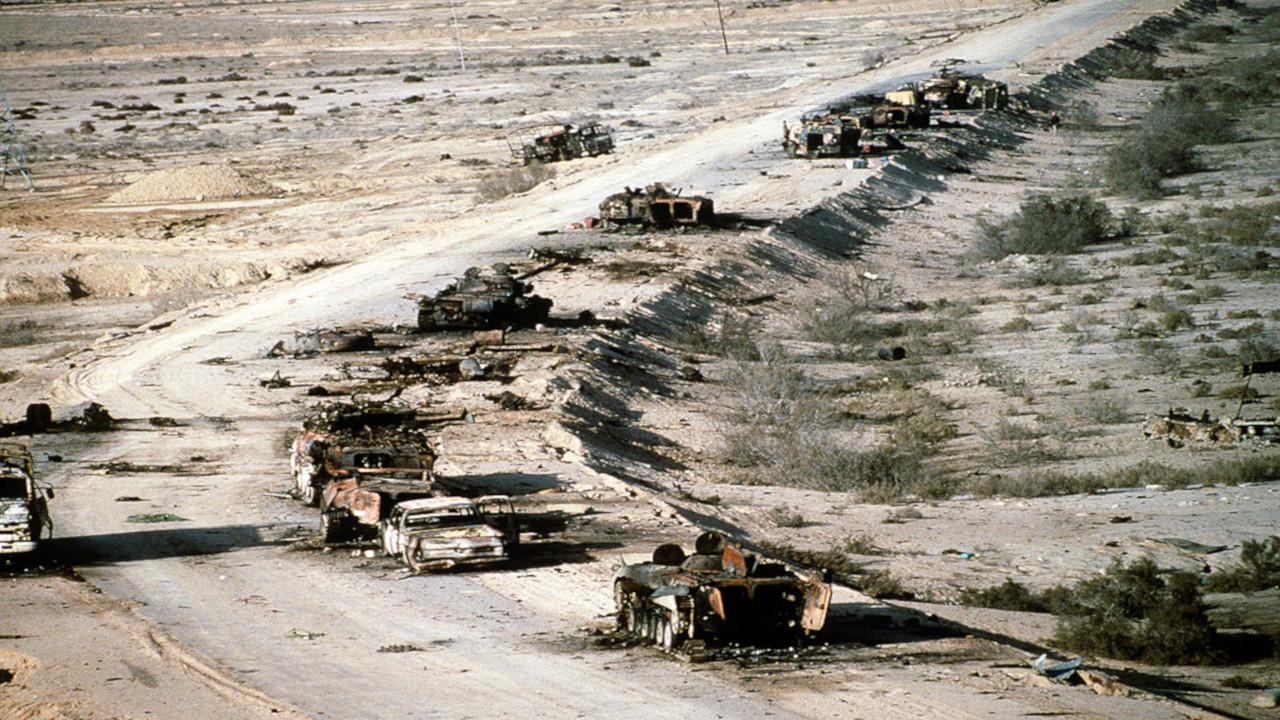 قصف القوات العراقية خلال هروبها في طريق عرف بطريق الموت.