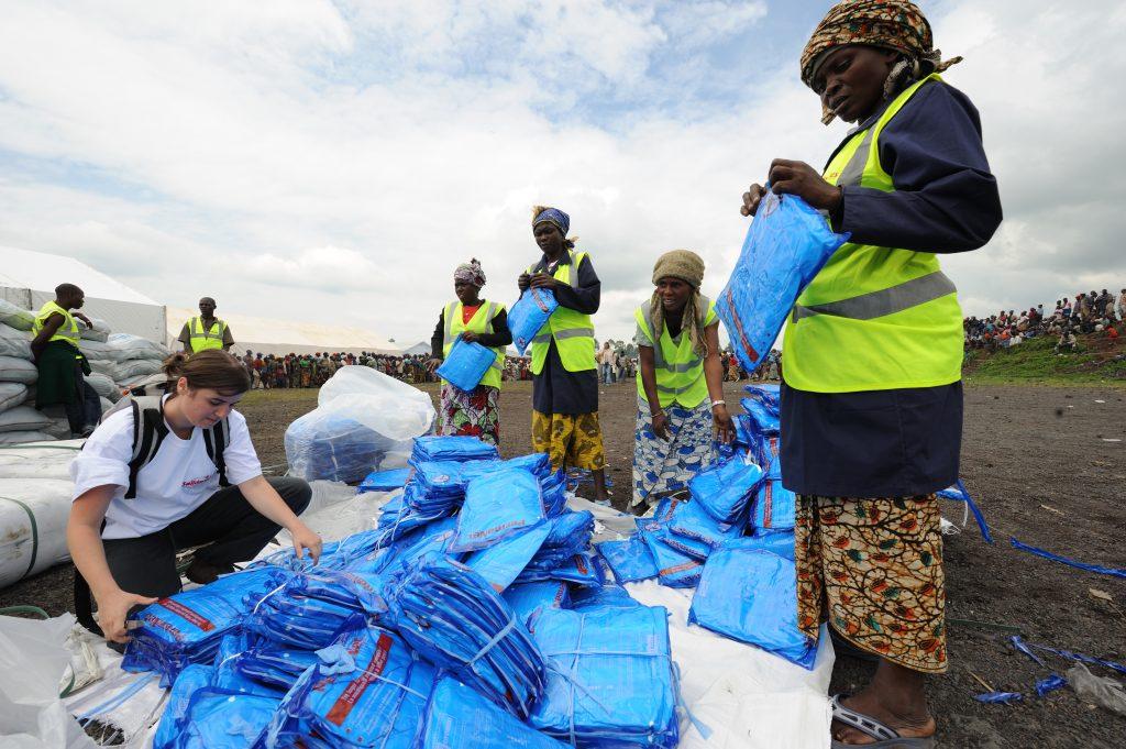 منظمة خيرية توزع ناموسيات على اللاجئين الفارين من مناطق النزاع في أفريقيا