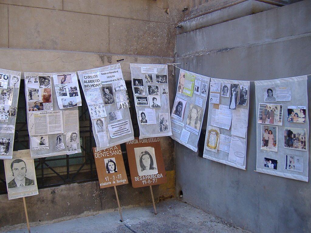 صور وقصاصات من صحف بها صور بعض الأطفال المختطفين أثناء الحرب القذرة في الأرجنتين، في أحد معسكرات الاعتقال غير القانونية سابقًا.
