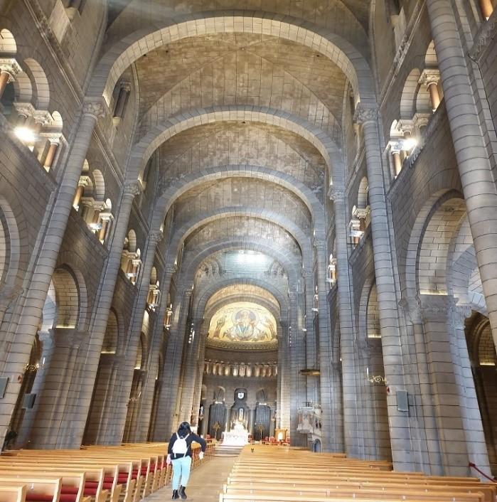 الرواق الأوسط لكاتدرائية سان نيكولاس