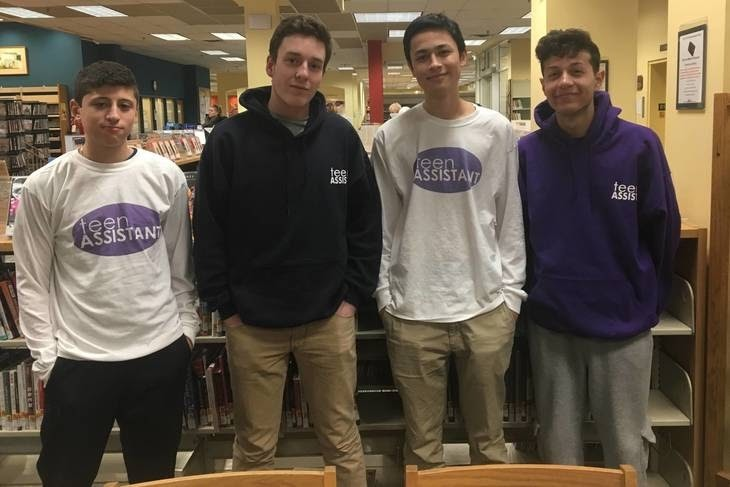 برندان كوكس مع 3 من مساعديه في مشروعه Teen Assistant