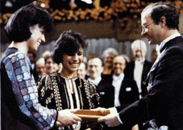لحظة تسلم أبنتي نجيب محفوظ لجائزة نوبل عام 1988
