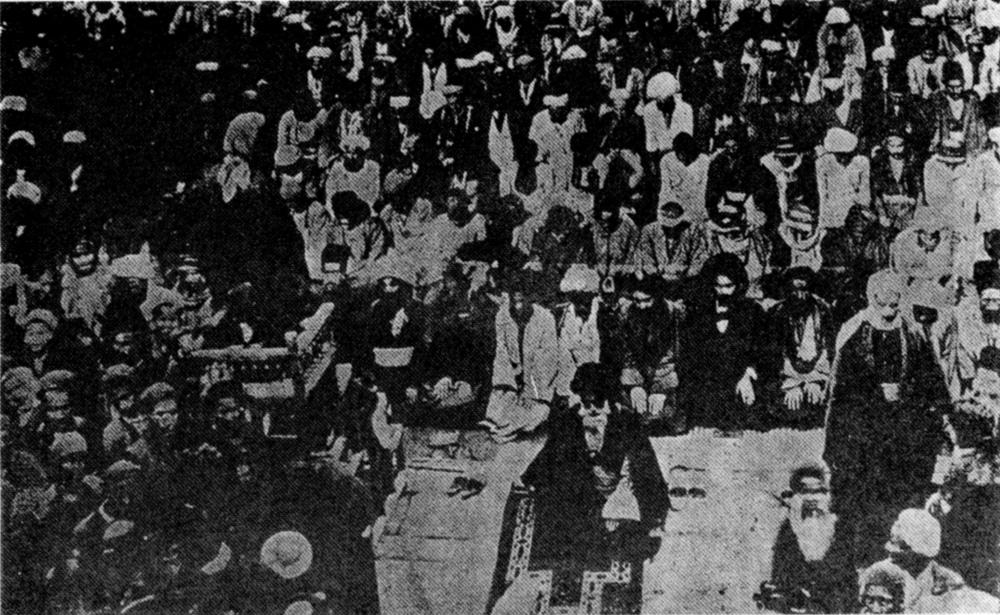 الإمام الشيرازي يؤم جماعة من المصلين في سامراء
