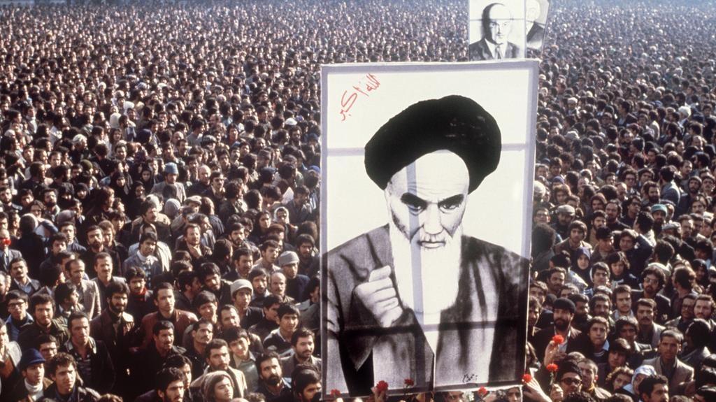 متظاهرون يرفعون صورة الخميني في مظاهرات 1979