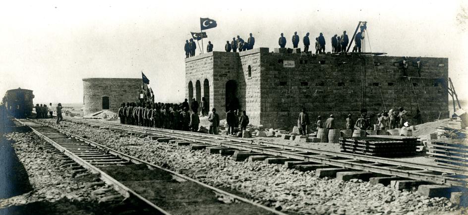 البناء العثماني لسكك حديد الحجاز الذي يربط دمشق بالمدينة المنورة