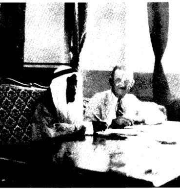 (لحظة توقيع اتفاقية التنقيب بين وزير المالية السعودي ولويد هاملتون شركة ستاندرد أويل أوف كاليفورنيا