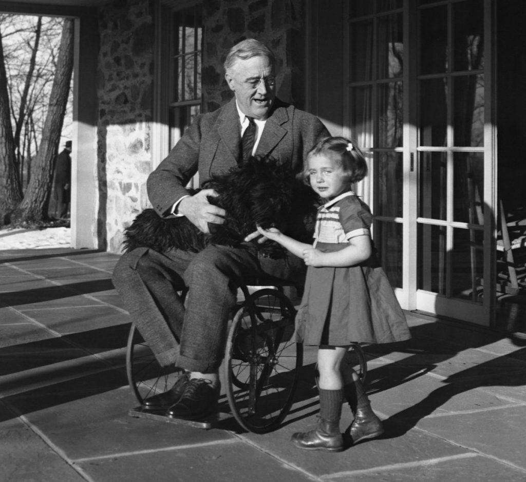 الرئيس الأمريكي فرانكلين روزفلت على مقعده المتحرك