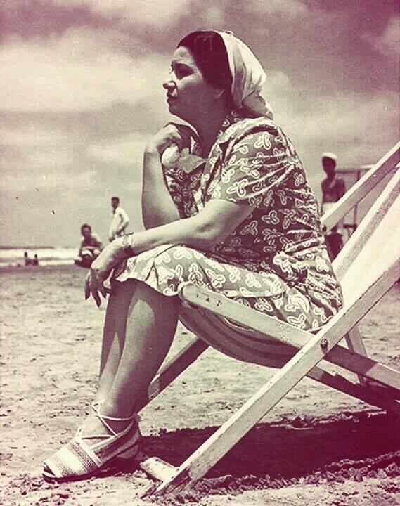 أم كلثوم تجلس على شاطئ رأس البر