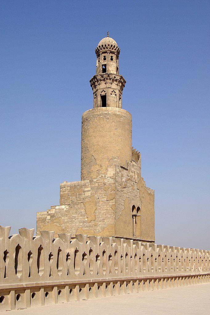 مئذنة مسجد أحمد بن طولون بالقاهرة، وهي إحدى أكثر مآذن القاهرة تميُّزًا إذ أنَّ سُلَّمها الخارجيّ حلزونيّ شديد الشبه بمئذنة سامرَّاء الشهيرة.