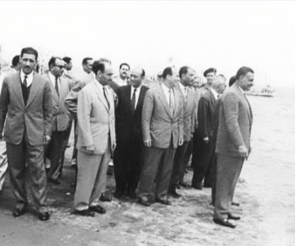 الرئيس المصري جمال عبدالناصر بصحبة عددٍ من الضباط الأحرار في زيارة إلى رأس البر