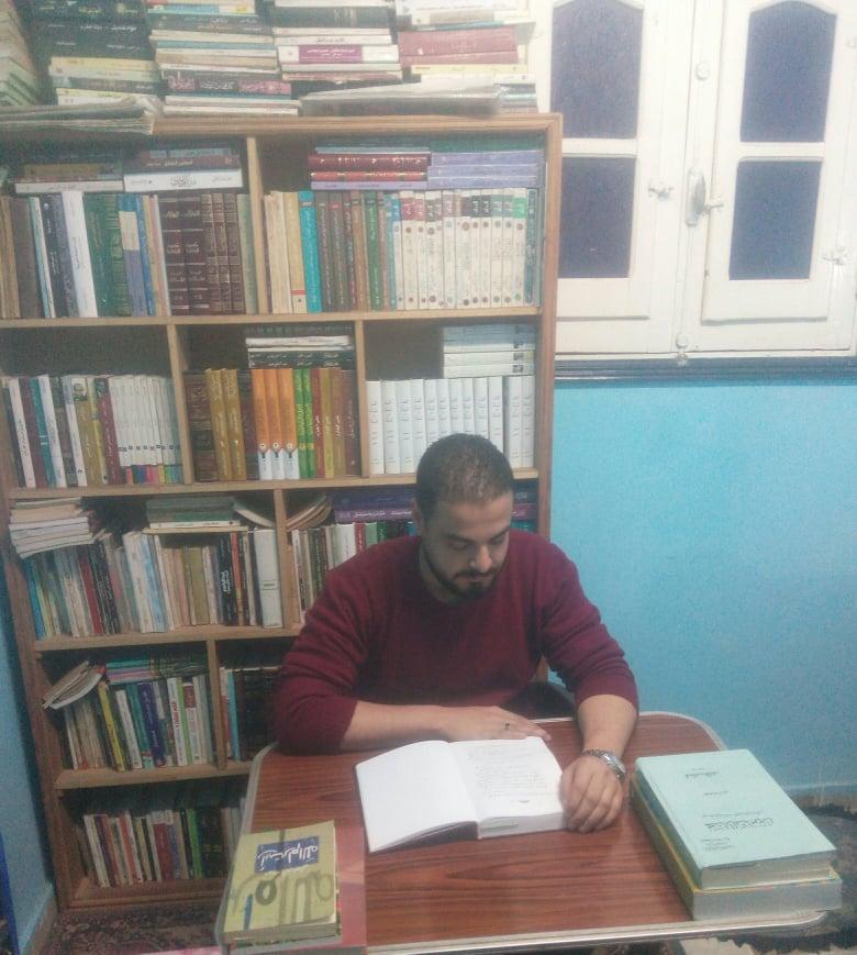 هاني محمود مع مكتبته