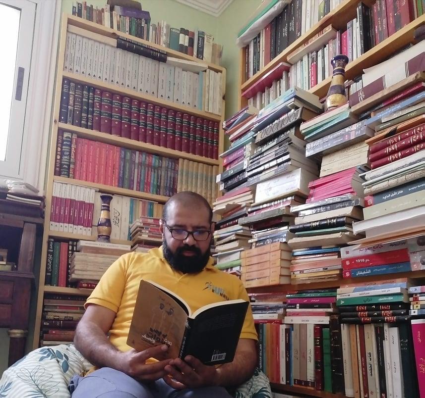 أحمد عايد مع مكتبته