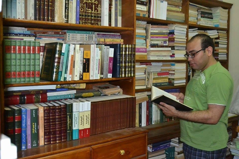 حسن حافظ مع مكتبته