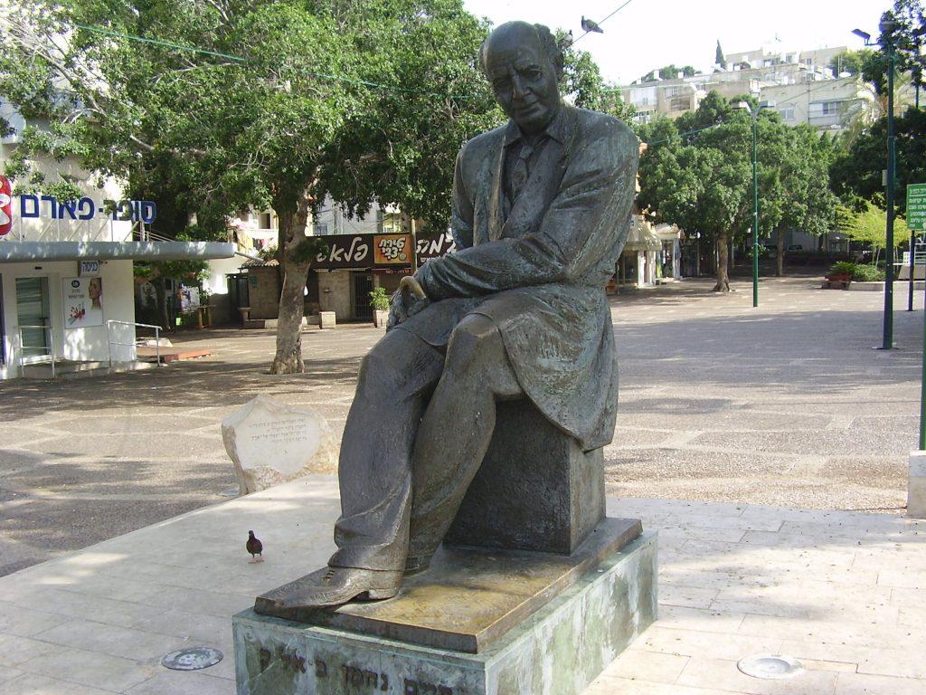 تمثال للشاعر حاييم نحمان بيالك